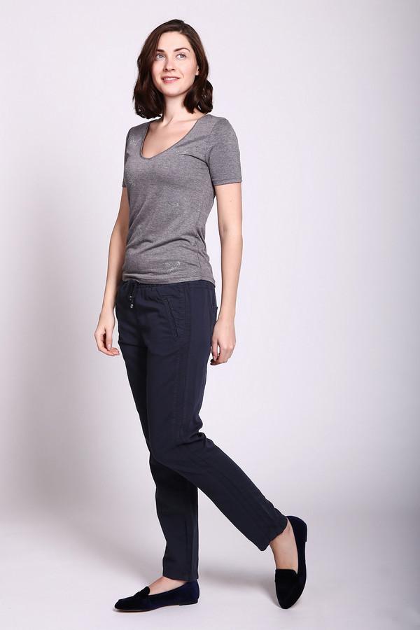 Брюки MACБрюки<br>Брюки женские синего цвета фирмы MAC. Модель выполнена прямым фасоном. Изделие дополнено пришивным поясом с тесьмой, боковыми карманами, задними кокетками и накладными карманами. Ткань состоит из 23% льна, 54% хлопка, 23% лиоцела. Сочетать можно с различными футболками, блузами, топами, пуловерами.