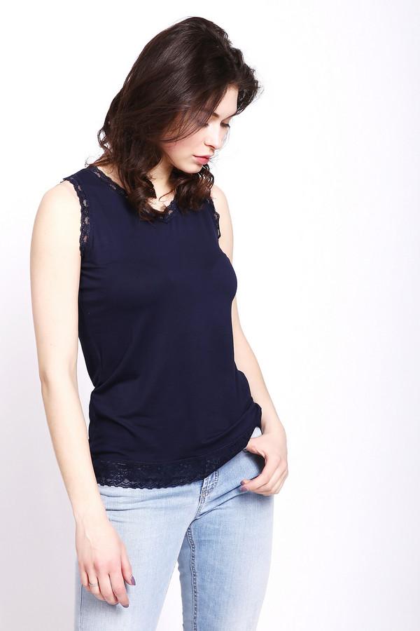 Топ PezzoТопы<br>Блуза синего цвета фирмы Pezzo. Модель выполнена прямым покроем. Изделие дополнено V - образным воротом, без рукавов с широкими лямками. Низ блузы, окружность ворота и рукава обшиты кружевным полотном. Можно носить с джинсами и шортами.