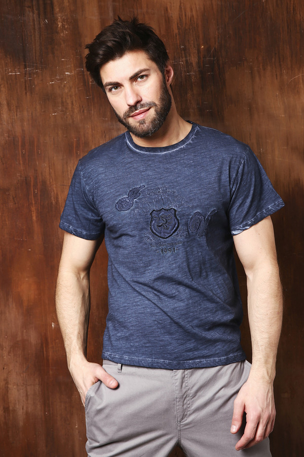 Футболкa Just ValeriФутболки<br>Мужская футболка синего цвета фирмы Just Valeri. Модель выполнена прямым покроем. Изделие дополнено округлым воротом, втачными, короткими рукавами, на переднем полотне расположена аппликация. Гармонировать может с различными брюками.