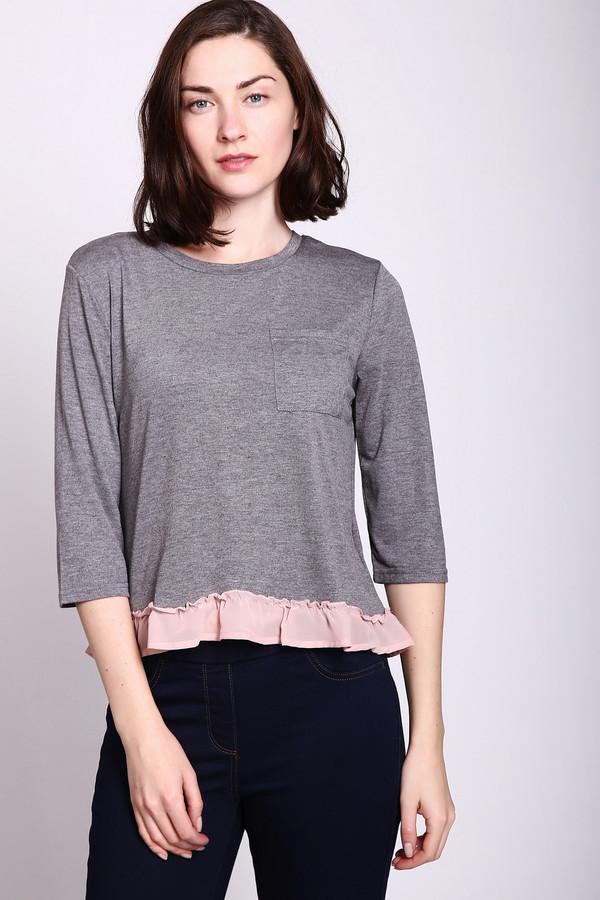 Футболка PezzoФутболки<br>Блуза трикотажная серого цвета фирмы Pezzo. Модель выполнена прямым покроем. Изделие дополнено округлым воротом, втачными рукавами 3\4 длинны, накладным карманом, баской розового цвета. Блуза укороченная всегда будет гармонировать с облегающими брюками.