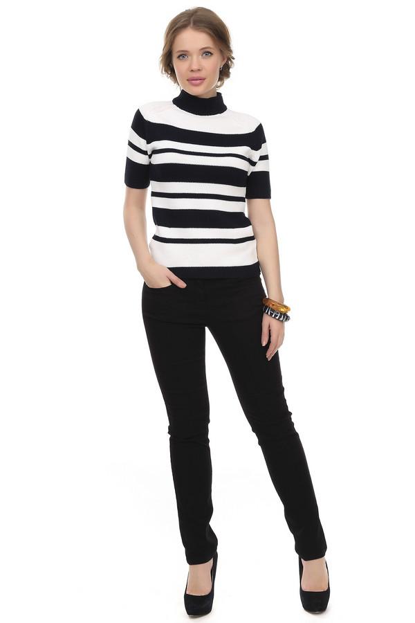 Классические джинсы Via AppiaКлассические джинсы<br>Джинсы Via Appia черного цвета пошиты по классическому крою. Штанины заужены ближе к низу, благодаря чему брюки облагают женскую фигуру. Изготовлены из хлопка с добавками, это придает штанам эластичность и препятствует налипанию на джинсы кошачей шерсти и другого, инородного бытового мусора. Такая одежда может стать удачным дополнением вашего офисного образа или же использоваться в повседневной жизни.<br><br>Размер RU: 42<br>Пол: Женский<br>Возраст: Взрослый<br>Материал: эластан 4%, хлопок 65%, полиэстер 31%<br>Цвет: Чёрный