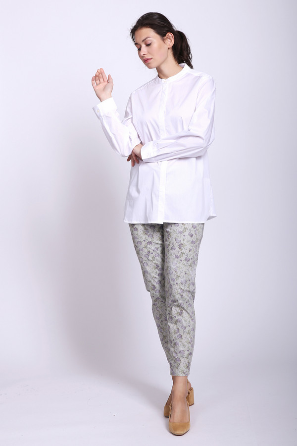 Брюки PezzoБрюки<br>Брюки женские серого цвета от бренда Pezzo. Модель выполнена прямым фасоном. Изделие дополнено пришивным поясом с эластичной лентой, застежка молния на пуговицу. Брюки укороченного покроя. Ткань имеет принт. Состав ткани: 2% эластан, 98% хлопок. Комбинировать можно с различными блузами, футболками, пуловерами.