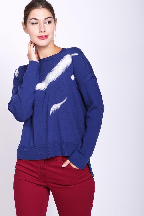 Пуловер PezzoПуловеры<br>Пуловер женский синего цвета фирмы Pezzo. Модель выполнена прямым фасоном. Изделие дополнено округлым воротом, приспущенными, длинными рукавами, боковыми разрезами. На передней части пуловера имеется принт белого цвета. Гармонировать может с различными брюками.