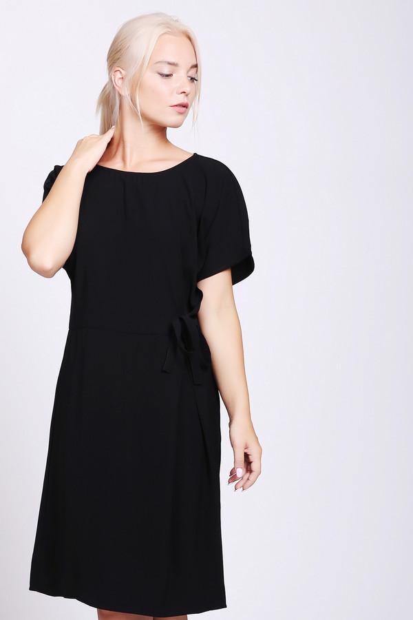 Платье B.YoungПлатья<br>Платье черного цвета фирмы B.Young. Модель выполнена прямым фасоном. Изделие дополнено округлым воротом, коротким рукавом реглан, задней застежкой на пуговицу. Впереди присборено на тесьму. Такая модель подойдет для различных мероприятий.