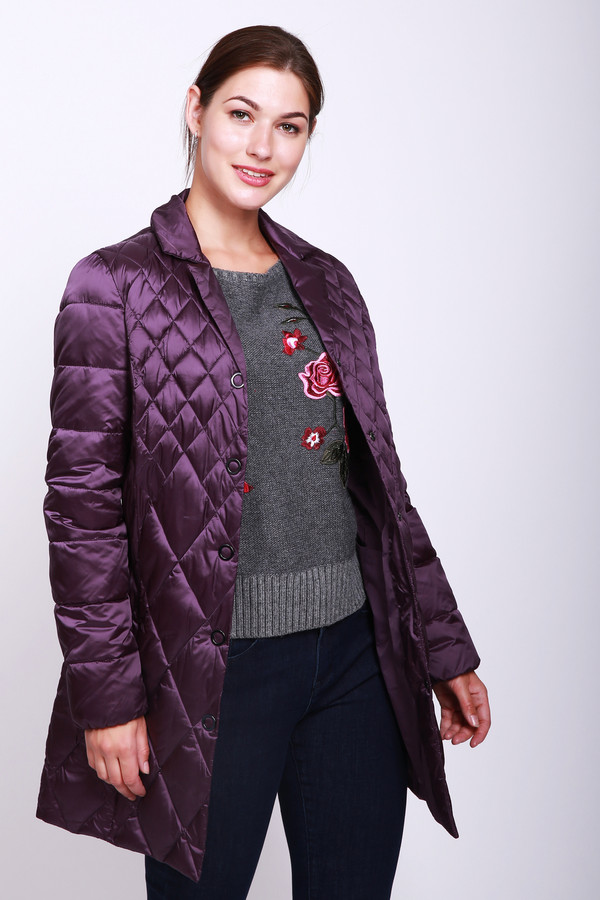 Куртка PezzoКуртки<br>Куртка женская сиреневого цвета фирмы Pezzo. Модель выполнена прямым покроем. Изделие дополнено воротом стойка, застежка на заклепки, втачными, длинными рукавами, прорезными карманами, средним швом и рельефами, выходившие из проймы. Гармонировать может с различными брюками.