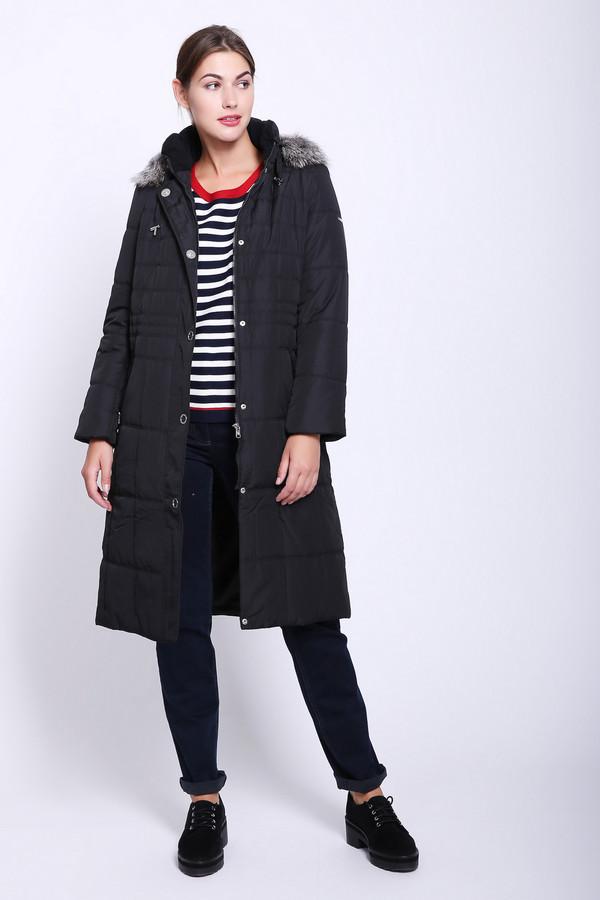 Пальто PezzoПальто<br>Пальто женское черного цвета фирмы Pezzo. Модель выполнена прямым фасоном. Изделие дополнено воротом стойка и капюшоном, застежка на молнию и заклепки, прорезные карманы, втачными, длинными рукавами. Капюшон обшит мехом. Длинна пальто ниже колен.