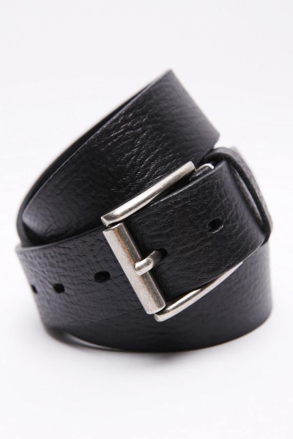 Ремень Just ValeriРемни<br>Ремень кожаный черного цвета фирмы Just Valeri. Элемент одежды представляющий собой длинную кожаную ленту, снабженную металлической застежкой с пряжкой с передней стороны. Такая модель послужит для поддержания брюк.