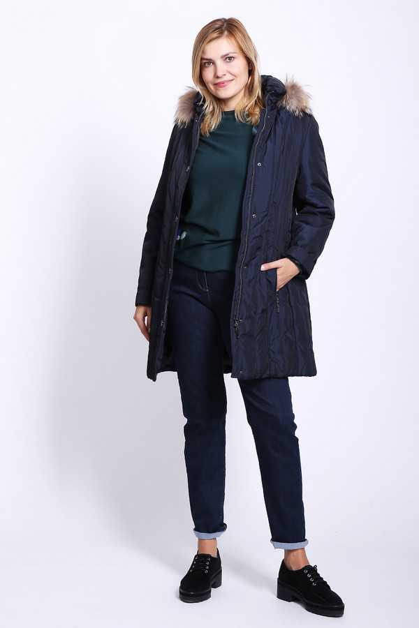 Пальто LebekПальто<br>Куртка женская синего цвета фирмы Barbara Lebek. Модель выполнена прямым покроем. Куртка стеганая, утепленная. Изделие дополнено воротом стойка с капюшоном, застежка молния с заклепками, внутренними карманами на молнию. Капюшон дополнен меховой опушкой, которая дарит ощущение комфорта.