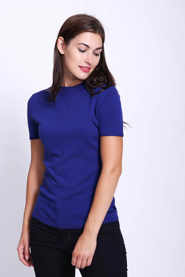 Пуловер CommaПуловеры<br>Пуловер женский синего цвета фирмы Comma. Модель выполнена прямым покроем. Изделие дополнено округлым воротом, втачными, короткими рукавами. Ткань состоит из 2% эластана, 81% вискозы, 17% полиамида. Сочетать можно с различными брюками.