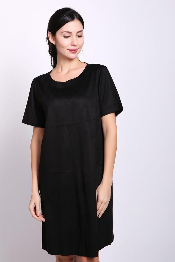 Платье PezzoПлатья<br>Платье черного цвета фирмы Pezzo. Модель выполнена прямым покроем. Изделие дополнено округлым воротом, короткими, втачными рукавами. Такая модель очень удобна и практична. Платье можно использовать по различным поводам. Ткань состоит из 90% полиэстера и 10% спандекса.