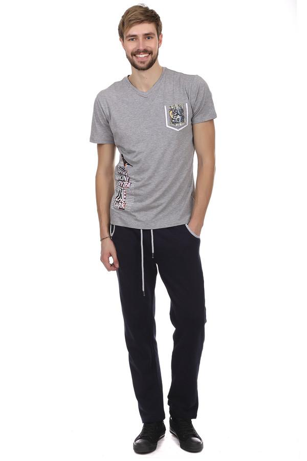 Спортивные брюки PezzoСпортивные брюки<br>Спортивные брюки Pezzo пошиты из сочетания хлопка и полиэстера. Синий цвет выгодно подчеркивает спортивный стиль брюк. Карманы обрамлены белой тканью, благодаря чему выделяются на синем фоне. Широкий пояс на резинке, дополнительно оснащен шнуровкой, которая может выполнять, как декоративную функцию, так и более прочно фиксировать брюки на талии. На задней части брюк также есть карман, основание которого украшено белой тканью. Одежда подходит, как для ежедневного использования, так и для занятий спортом.<br><br>Размер RU: 56<br>Пол: Мужской<br>Возраст: Взрослый<br>Материал: полиэстер 35%, хлопок 65%<br>Цвет: Синий