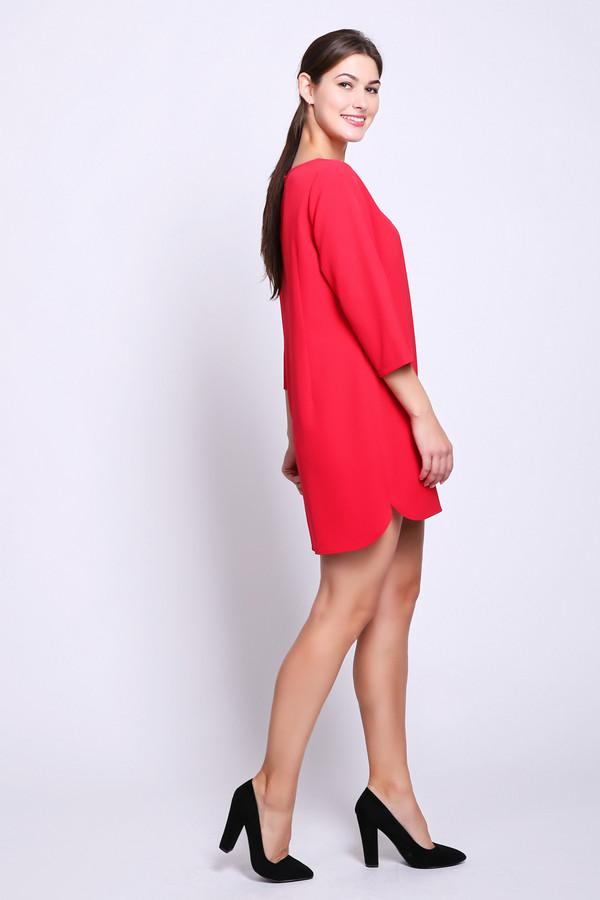 Платье CommaПлатья<br>Платье красного цвета фирмы Comma. Модель выполнена прямым фасоном. Изделие дополнено округлым воротом, задняя застежка молния, втачными рукавами 3/4 длинны, боковыми выемками. Ткань состоит из 5% эластана, 95% полиэстера. Такая модель украсит ваш образ.