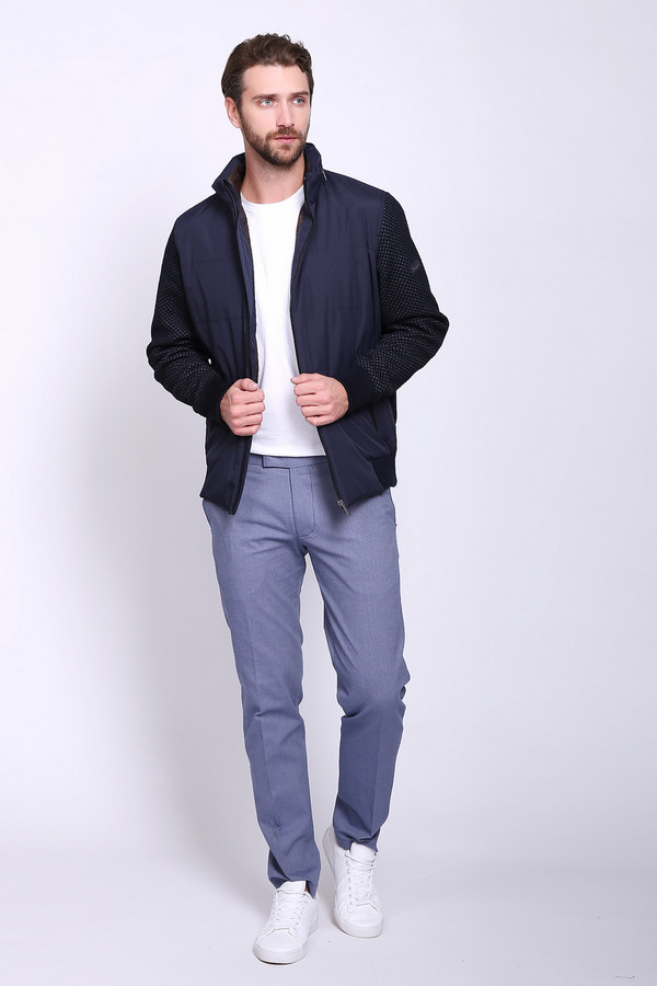 Брюки CinqueБрюки<br>Брюки мужские голубого цвета фирмы Cinque. Модель выполнена прямым покроем. Изделие дополнено пришивным поясом со шлевками для ремня, застежка молния на крючок, боковыми карманами, задними, прорезными карманами с листочками. Ткань состоит из 3% эластана, 97% хлопка. Гармонировать можно с различными рубашками, футболками, пуловерами.