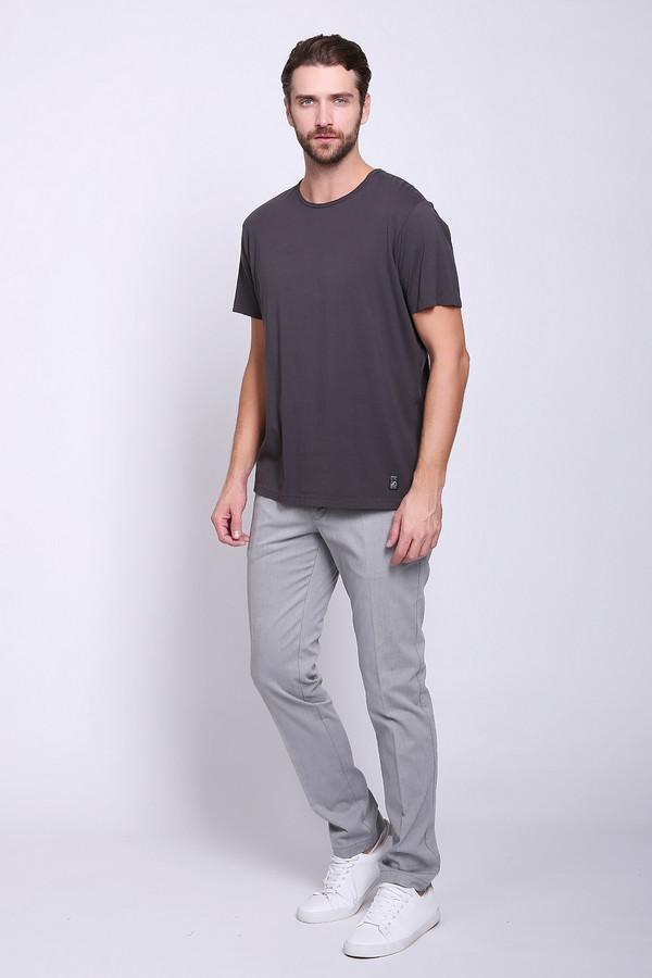 Брюки CinqueБрюки<br>Брюки мужские серого цвета фирмы Cinque. Модель выполнена прямым покроем. Изделие дополнено пришивным поясом со шлевками для ремня, застежка молния на пуговицу, боковыми карманами, задними, прорезными карманами. Ткань состоит из 3% эластана, 97% хлопка. Гармонировать можно с различными футболками, рубашками, пуловерами.