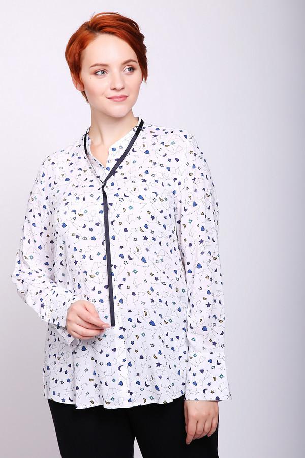 Блузa Gerry WeberБлузы<br>Блуза женская белого цвета фирмы Gerry Weber. Модель выполнена прямым покроем. Изделие дополнено округлым воротом стойка, застежка на пуговицы, втачными, длинными рукавами с манжетами на пуговицу. Ткань имеет принт. На вороте расположена тесьма черного цвета. Состав ткани состоит из 100% вискозы. Такая модель прекрасное дополнение к брюкам, юбкам.