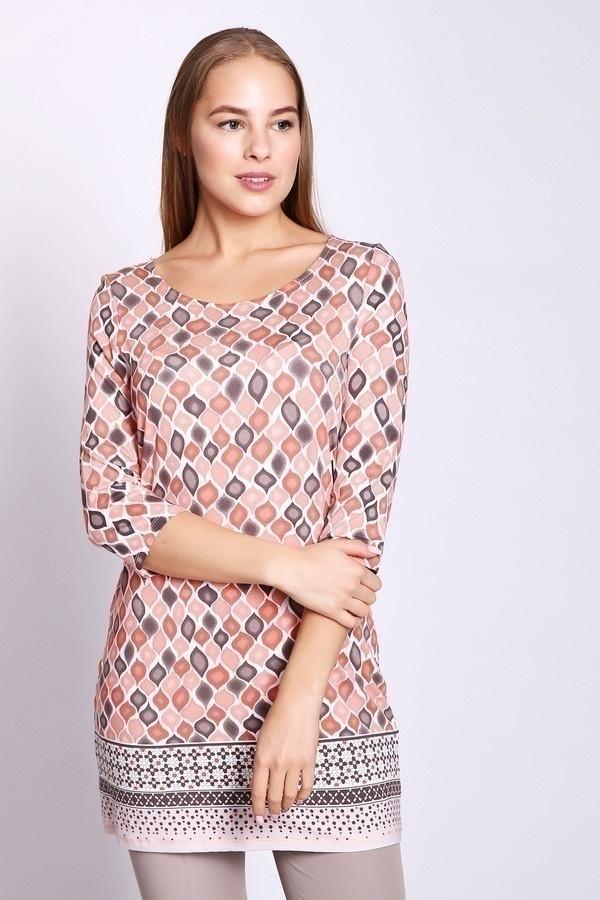 Блузa TaifunБлузы<br>Блуза женская розового цвета фирмы Taifun. Модель выполнена прямым покроем. Изделие дополнено округлым воротом, втачными рукава 3/4 длинны, задней застежкой на пуговицы. Ткань имеет принт. Состав ткани состоит из 5% эластана и 95% вискозы. Блуза удлиненного фасона. Гармонировать можно с различными брюками.