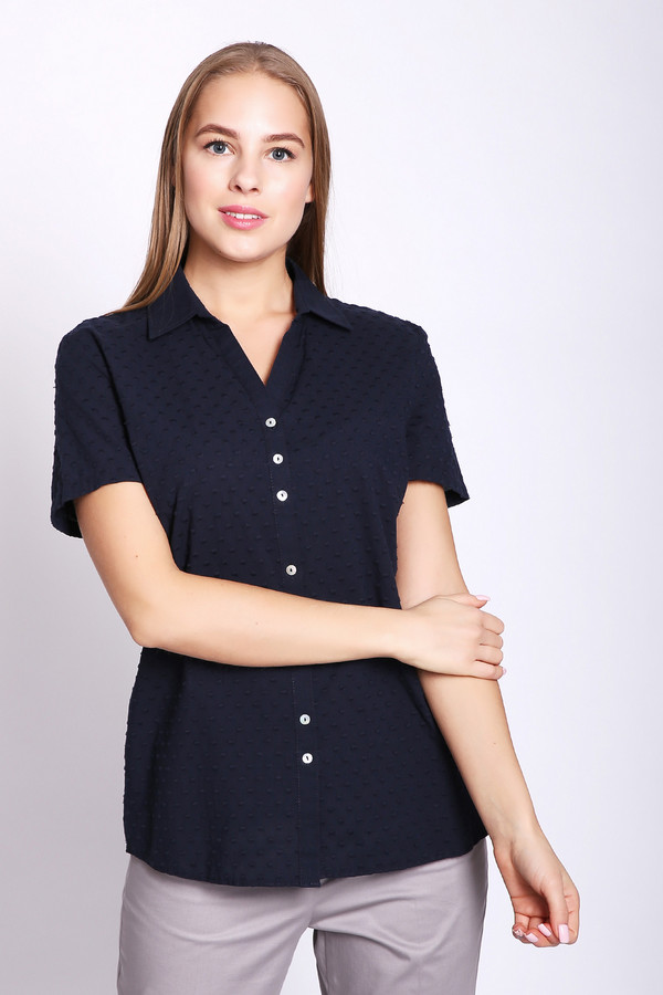 Блузa Gerry WeberБлузы<br>Блуза женская синего цвета фирмы Gerry Weber. Модель выполнена прямым покроем. Изделие дополнено откладным воротом на стойке с V - образным разрезом, застежка на пуговицы, втачными, короткими рукавами. Состав ткани: 100% хлопок. Гармонировать можно такую блузу с различными брюками, юбками.