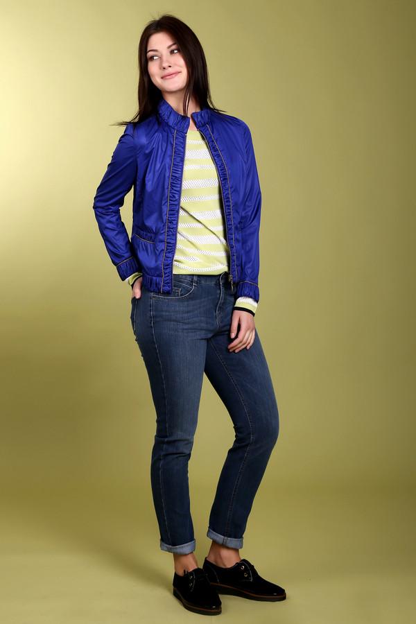 Куртка PezzoКуртки<br>Стильная женская куртка от бренда Pezzo. Это куртка темно синего цвета, декорированная полосками золотистого цвета. Изделие застегивается на молнию, дополнено боковыми передними карманами с резинкой, а также резинкой на воротнике-стойка и по краям всей куртки. Материал - 100% полиэстер.<br><br>Размер RU: 50<br>Пол: Женский<br>Возраст: Взрослый<br>Материал: полиэстер 100%<br>Цвет: Синий