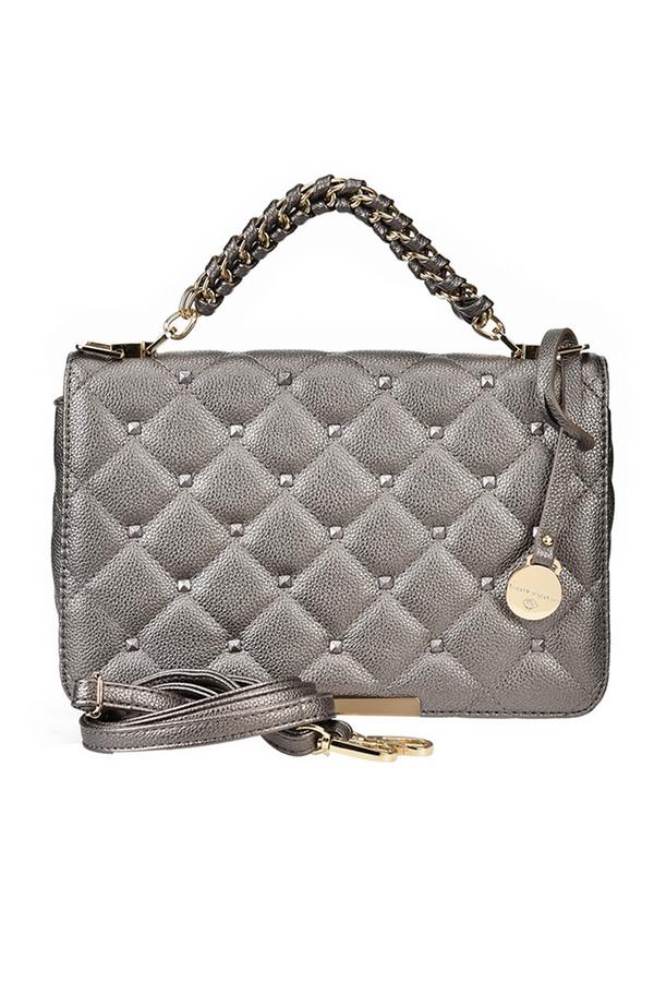 Сумка Vera Victoria VitoСумки<br>Ультрамодная сумка от Vera Victoria Vito выполнена из качественной эко-кожи серебристого цвета и декорирована стежкой «ромб» и клепками по верху. Красивая удобная ручка с плетением. Сочетание удобства, простых форм и четких линий поистине гениально. Классическая модель сумки всегда актуальна, она подойдет и к деловому костюму, и к вечернему наряду. Детали: внутри карман на молнии и два для мелочей, золотистая фурнитура, регулируемый плечевой ремень на карабине.  ширина 26 высота 18