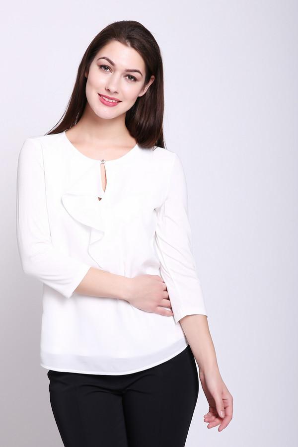 Блузa TaifunБлузы<br>Блуза женская белого цвета от немецкого бренда Taifun. Модель выполнена прямым фасоном. Изделие дополнено округлым воротом с разрезом капля на пуговицу, воланом, втачными рукавами 3\4 длины. Ткань состоит из 8% эластана, 92% вискозы. Сочетать можно с различными брюками, юбками.