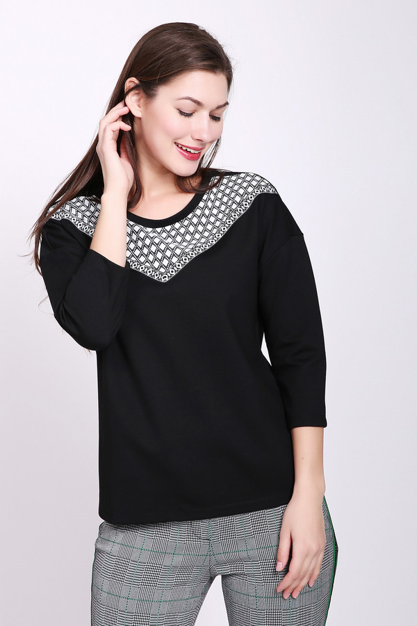 Пуловер TaifunПуловеры<br>Пуловер женский черного цвета от немецкого бренда Taifun. Модель выполнена прямым фасоном. Изделие дополнено округлым воротом, втачными рукавами 3\4 длины, передней кокеткой. Окружность ворота обшита тесьмой черного цвета. Ткань состоит из 5% эластана, 70% вискозы, 25% полиэстера. Сочетать можно с различными брюками.