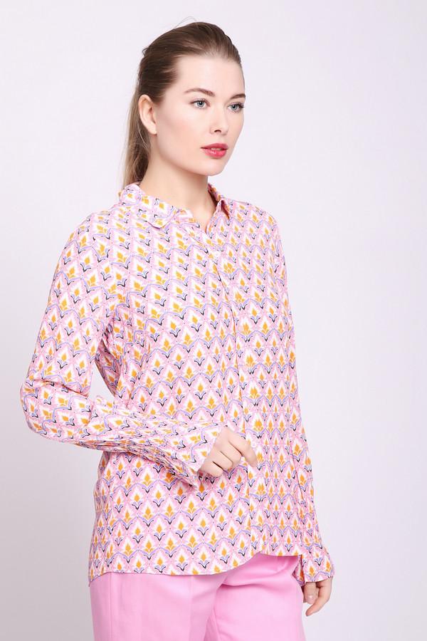 Блузa Rich and RoyalБлузы<br>Блуза женская розового цвета от бренда Rich and Royal. Модель выполнена прямым фасоном. Изделие дополнено откладным воротом на стойке, втачными, длинными рукавами с воланами. Ткань имеет принт. Состав ткани: 100% вискоза. Сочетать можно с различными брюками, юбками.