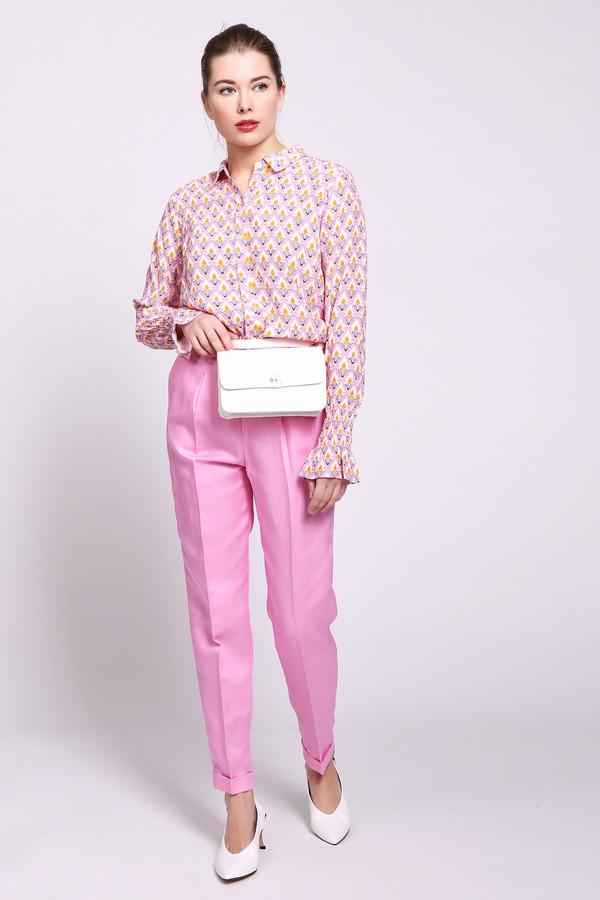 Брюки Rich and RoyalБрюки<br>Брюки женские розового цвета от бренда Rich and Royal. Модель выполнена прямым фасоном. Изделие дополнено пришивным поясом со шлевками для ремня, застежка молния на пуговицу, боковыми карманами, задними, прорезными карманами, отворотами на брючинах. Ткань состоит из 33% льна, 67% лиоцела. Сочетать можно с различными блузами, футболками.