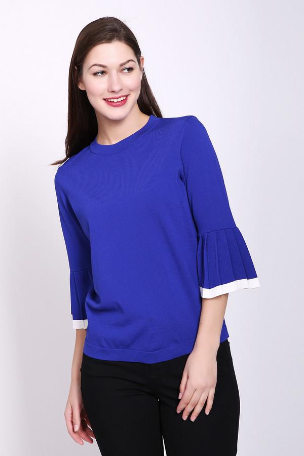 Пуловер PezzoПуловеры<br>Пуловер женский синего цвета от бренда Pezzo. Модель выполнена прямым фасоном. Изделие дополнено округлым воротом, втачными рукавами с расклешёнными воланами, обшитые бейкой белого цвета. Ткань состоит из 65% вискозы, 35% нейлона. Комбинировать можно с различными брюками, юбками.