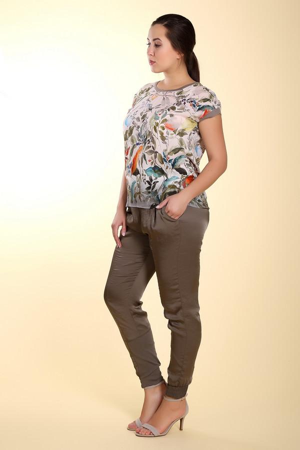 Брюки Marc CainБрюки<br>Стильные блестящие брюки-дудочки Marc Cain болотного цвета. Брюки дополнены резинками на поясе и внизу, поэтому легко регулируются по размеру. Материал этих брюк состоит на 100% из микроволокна, а потому они очень легкие, не мнутся и являются очень практичными и удобными. Брюки выглядят очень нарядно и стильно. Такие брюки модно носить как с лодочками на каблуке, так и с обувью на плоской подошве.