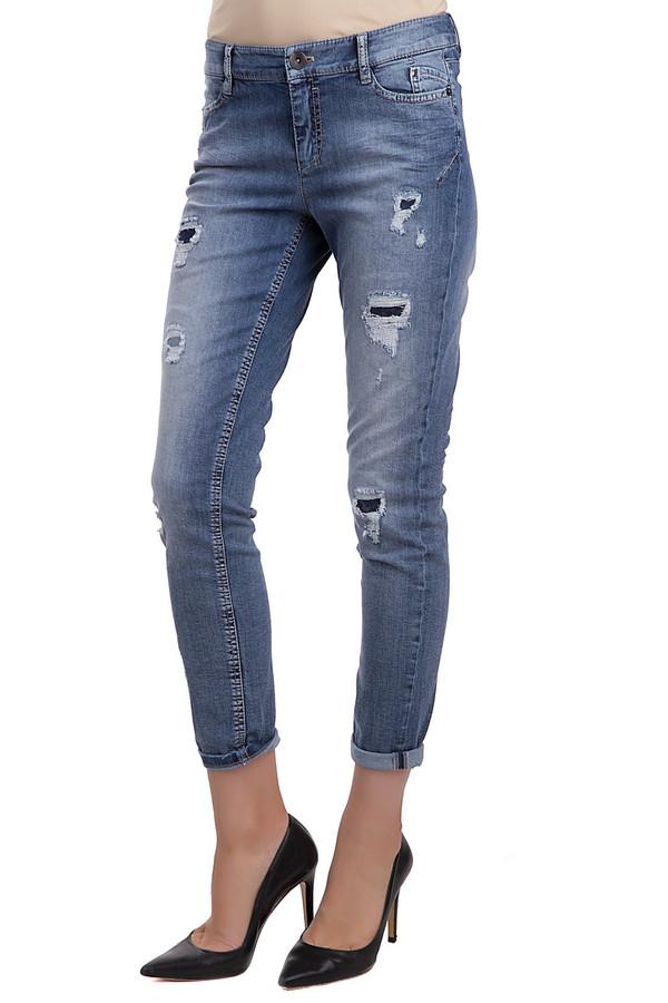 Джинсы Marc CainДжинсы<br>Молодежные джинсы от бренда Marc Cain синего цвета. Изделие выполнено из эластана и хлопка. Эта модель предназначена для летнего сезона. Джинсы средней посадки. Дополнены карманами сбоку и сзади, застежкой в виде молнии. Штаны подкатаны снизу. Также эта модель дополнена небольшими искусственно сделанными дырками. Из них проглядывают вставки из более темного денима.<br><br>Размер RU: 46<br>Пол: Женский<br>Возраст: Взрослый<br>Материал: эластан 3%, хлопок 97%<br>Цвет: Синий