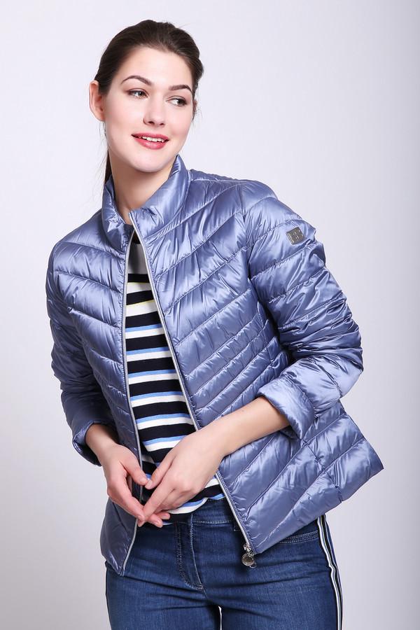 Куртка Betty BarclayКуртки<br>Куртка женская синего цвета фирмы Betty Barclay. Модель выполнена приталенным фасоном. Изделие дополнено круглым воротом стойка, застежка молния, втачными, длинными рукавами, средним швом и рельефами, выходившие из проймы рукавов. Куртка стеганая, укороченного покроя. Ткань состоит из 60% полиэстера, 40% полиамида. Подкладка - 60% полиэстер, 40% полиамид. Наполнитель 90% пух, 10% перо. Такая куртка поможет укрыться от непогоды.