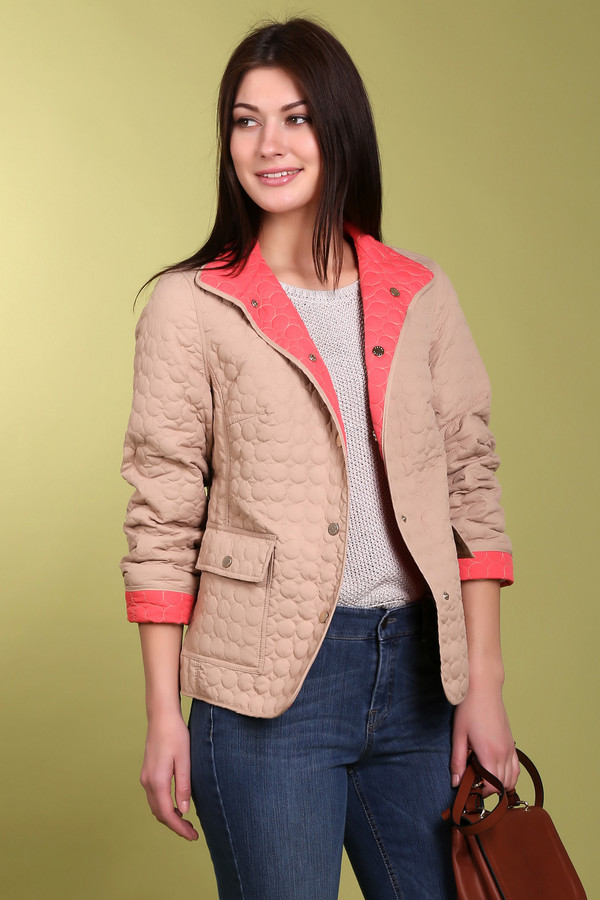 Куртка PezzoКуртки<br>Куртка Pezzo бежевого цвета изготовлена из полиэстера без других добавок. Куртка украшена декоративным швом в виде кругов, что придает одежды своеобразную текстуру и стиль. Застегивается на металлические кнопки-пуговицы. Подкладка выполнена из ткани персикового цвета. Вы можете разнообразить стиль своей куртки отвернув рукава и ворот. Такая верхняя одежда идеально подходит для ежедневного использования осенью и весной.<br><br>Размер RU: 46<br>Пол: Женский<br>Возраст: Взрослый<br>Материал: полиэстер 100%<br>Цвет: Бежевый
