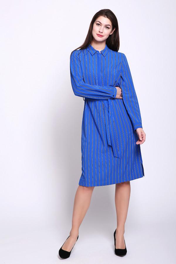 Платье Gerry WeberПлатья<br>Платье синего цвета фирмы Gerry Weber. Модель выполнена прямым покроем. Изделие дополнено откладным воротом на стойке, застежка на пуговицы, втачными, длинными рукавами с манжетами на пуговицу, боковыми разрезами на подоле, шлевками для пояса, тканевым поясом. Вертикальный принт, выполненный на ткани, делает вашу фигуру стройнее. Состав ткани: 9% эластана, 91% полиэстера. Такую модель можно использовать по любому поводу.