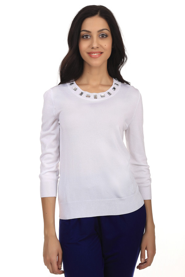 Пуловер PezzoПуловеры<br>Модный женский пуловер бренда Pezzo. Данный пуловер представлен в белом цвете. Изделие дополнено: глубоким круглым вырезом, рукавом три четверти, а также украшением из камней серебрянного цвета у выреза. Рукава и низ, этого изделия, на резинке.<br><br>Размер RU: 46<br>Пол: Женский<br>Возраст: Взрослый<br>Материал: вискоза 75%, полиамид 22%, спандекс 3%<br>Цвет: Белый
