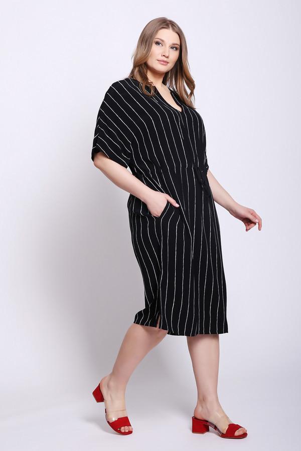 Платье OuiПлатья<br>Платье черного цвета фирмы Oui. Модель выполнена прямым фасоном. Изделие дополнено округлым воротом с V - образным вырезом, короткими рукавами реглан, боковыми разрезами. По линии талии пришита тесьма. Такая модель подойдет для отдыха, для дома. Ткань состоит из 100% вискозы.