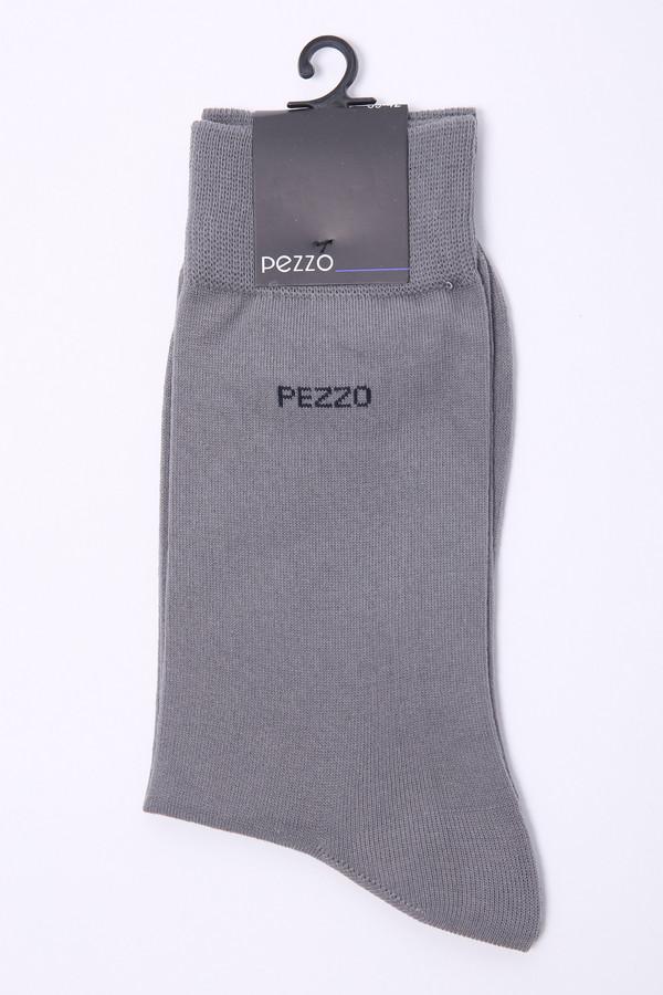 Носки PezzoНоски<br>Носки серого цвета фирмы Pezzo. Модель изготовлена из 80% хлопка, 20% полиамида. На носках изображен логотип фирмы. Такие носки нужный аксессуар при создании образа.