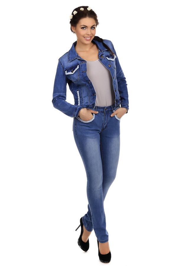 Модные джинсы Just ValeriМодные джинсы<br>Невероятно женственные джинсы-скинни от бренда Just Valeri выполнены из голубого хлопкового денима. Изделие дополнено: шлевками для ремня, пятью стандартными карманами и застежкой-молния с пуговицей. Карманы декорироны белой кружевной оторочкой. В комплект к джинсам прекрасно подойдёт  джинсовка Just Valeri .<br><br>Размер RU: 44<br>Пол: Женский<br>Возраст: Взрослый<br>Материал: хлопок 98%, эластан 2%<br>Цвет: Голубой