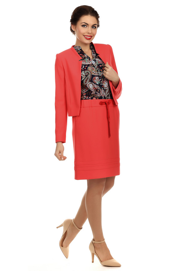 Юбка CommaЮбки<br>Модная прямая юбка от бренда Comma кораллового цвета, длиной до колена. Изделие дополнено: эластичным поясом с завязками и скрытой застежкой-молния на спинке. Юбка декорирована отстрочками. Яркая, элегантная модель с лёгкостью добавит женственности вашему образу. В дополнение можно приобрести жакет Comma.<br><br>Размер RU: 46<br>Пол: Женский<br>Возраст: Взрослый<br>Материал: эластан 5%, полиэстер 63%, вискоза 32%<br>Цвет: Красный