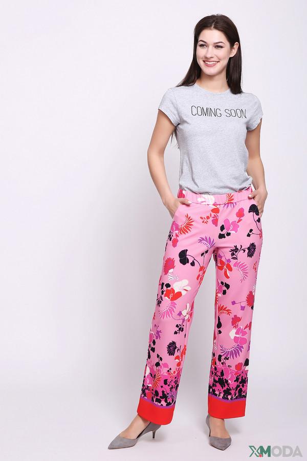 Брюки Betty BarclayБрюки<br>Брюки женские розового цвета от бренда Betty Barclay. Модель выполнена прямым фасоном. Изделие дополнено пришивным поясом с эластичной лентой, боковыми карманами. Ткань имеет разноцветный принт. Состав ткани: 7% эластан, 93% полиэстер. Сочетать можно с различными блузами, футболками, топами.