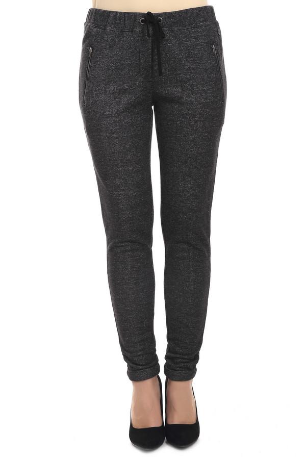 Брюки s.OliverБрюки<br>Женские брюки от бренда s.Oliver представлены в темно-серого цвете, пошитые из смеси полиэстера и хлопка, благодаря чему обладают стрейчевыми свойствами. Изделие дополнено: резинкой на поясе с завязками, двумя боковыми карманами на молнии, а также прорезными задними карманами.<br><br>Размер RU: 44<br>Пол: Женский<br>Возраст: Взрослый<br>Материал: полиэстер 62%, хлопок 38%<br>Цвет: Серый