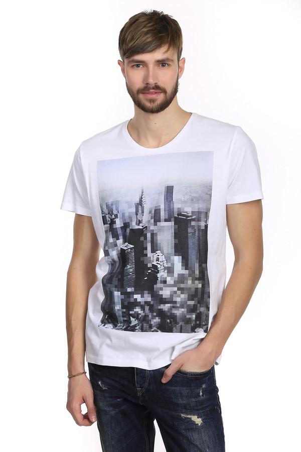Футболкa s.Oliver DENIMФутболки<br>Футболка белого цвета бренда s.Oliver для мужчин. Модель сшита по классическому покрою. Изделие дополнено: круглым вырезом и короткими рукавами. На футболке напечатан оригинальный принт с изображением города выполненного в пиксельной графике. С легкостью сочетается с джинсами и шортами добавляя образу особую стильность.<br><br>Размер RU: 50-52<br>Пол: Мужской<br>Возраст: Взрослый<br>Материал: хлопок 100%<br>Цвет: Разноцветный