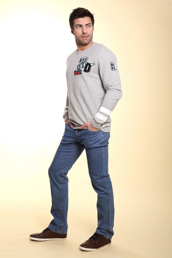 Классические джинсы HattricКлассические джинсы<br>Классические джинсы средней посадки светло-голубого цвета от бренда Hattric. Данная модель сшита по прямому покрою и дополнена пятым карманом, а также парой боковых и парой задних карманов. Джинсы пошиты из материала, который на 98% состоит из хлопка и на 2% из эластана.<br><br>Размер RU: 52(L34)<br>Пол: Мужской<br>Возраст: Взрослый<br>Материал: хлопок 98%, эластан 2%<br>Цвет: Голубой