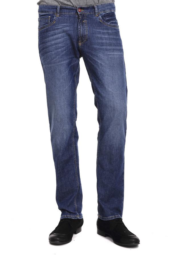 Классические джинсы HattricКлассические джинсы<br>Хлопковые джинсы от бренда Hattric голубого цвета с эффектом легкой потертости, прошитые желтой нитью. Изделие дополнено: шлевками под ремень, пятью стандартными карманами и центральной застежкой-молния с пуговицей. Не смотря на довольно простой покрой, джинсы смотрятся очень стильно, особенно благодаря оригинальным задним карманам с необычной аппликацией.<br><br>Размер RU: 48-50(L34)<br>Пол: Мужской<br>Возраст: Взрослый<br>Материал: хлопок 98%, эластан 2%<br>Цвет: Синий