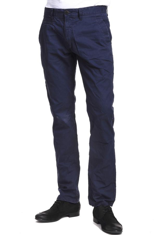Брюки Tom TailorБрюки<br>Мужские джинсы в стиле кэжуал от немецкого бренда Tom Tailor темно-синего цвета. Эти джинсы классического брючного покроя, средней посадки и эффектом мятости. Изделие дополнено: поясом с шлевками для ремня, двумя боковыми карманами, двумя прорезными карманами на пуговицах и застежкой-молния с пуговицей. Они будут хорошо смотреться как со спортивной одеждой, так и с повседневной.<br><br>Размер RU: 48(L34)<br>Пол: Мужской<br>Возраст: Взрослый<br>Материал: полиамид 25%, хлопок 75%<br>Цвет: Синий