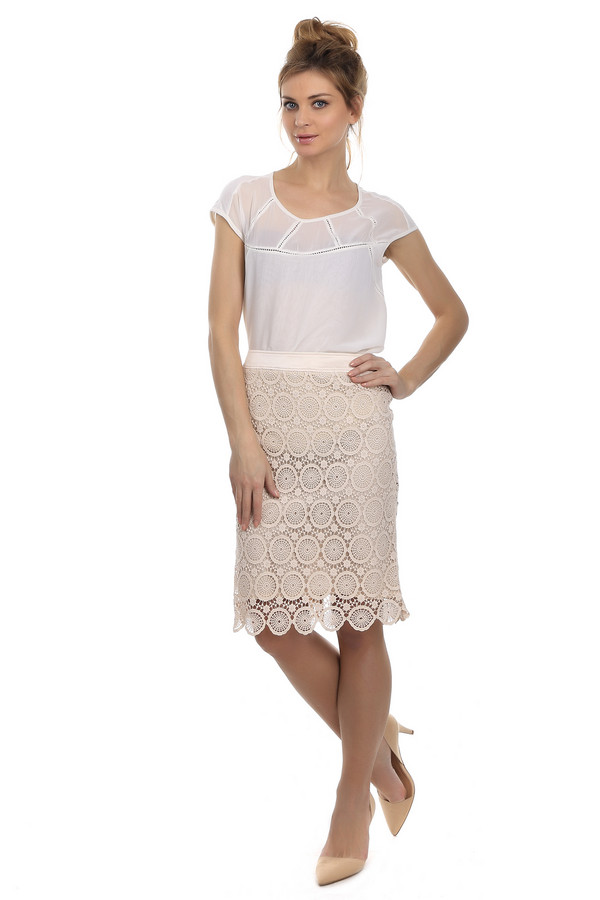 Юбка ApanageЮбки<br>Оригинальная летняя юбка Apanage белого цвета. Изделие выполнено из хлопка. Юбка дополнена интересным орнаментом и не большим разрезом сзади. В наличии бежевый подъюбник. Любая базовая вещь в сочетании с такой юбкой будет смотреться ярко и стильно. А натуральный материал изделия будет приятным и практичным в использовании.<br><br>Размер RU: 50<br>Пол: Женский<br>Возраст: Взрослый<br>Материал: хлопок 100%<br>Цвет: Бежевый