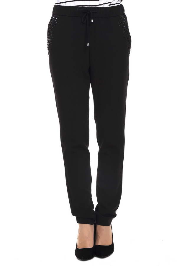 Брюки GardeurБрюки<br>Оригинальные женские брюки-дудочки от бренда Gardeur. Это брюки черного цвета, декорированные черными стразами на карманах. Изделие дополнено двумя передними и задними карманами, а пояс этих брюк на резинке со шнурком.<br><br>Размер RU: 44<br>Пол: Женский<br>Возраст: Взрослый<br>Материал: триацетат 69%, полиэстер 31%<br>Цвет: Чёрный