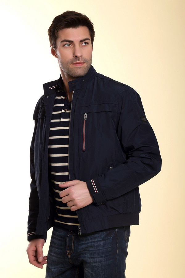 Куртка CabanoКуртки<br>Стильная мужская куртка от бренда Сabano из полиэстера обещает своему владельцу комфорт и защиту от капризов погоды демисезона. Доступна в синем и тёмно-синем цветах. Модель выполнена из полиэстера и застёгивается на молнию по центру. Изделие дополнено нагрудным карманом на молнии. Прямой воротник на кнопках придаёт фасону некоторую строгость. За счёт универсальности кроя, выгодно подчеркнет любой силуэт.<br><br>Размер RU: 54<br>Пол: Мужской<br>Возраст: Взрослый<br>Материал: полиэстер 100%<br>Цвет: Синий
