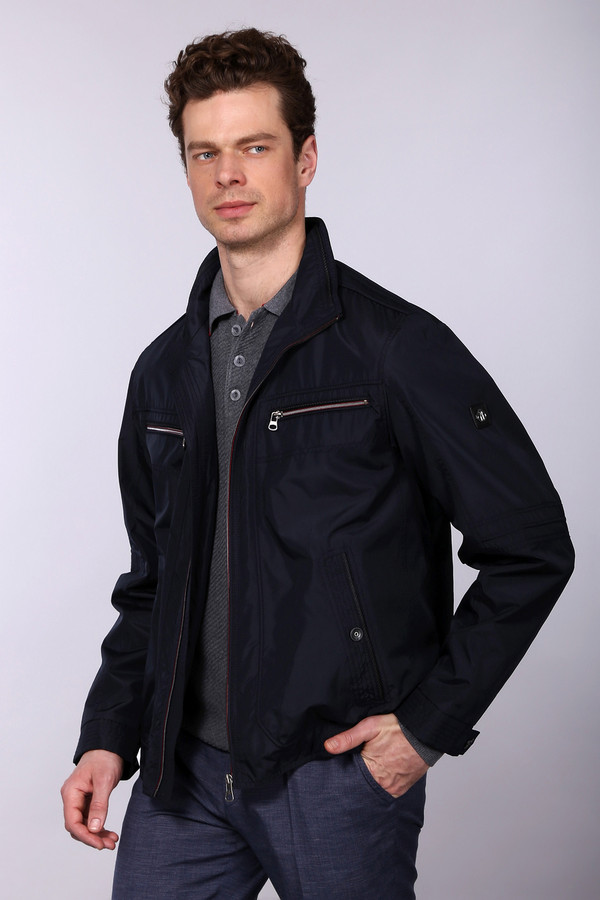 Куртка CabanoКуртки<br>Стильная мужская куртка на застежке-молнии от бренда Cabano. Это куртка черного цвета, дополненная парой боковых карманов, двумя нагрудными карманами на молниях, манжетами на кнопках, а также резинками по бокам снизу. У данной модели отложной воротник, а пошита она из 100% полиэстера.<br><br>Размер RU: 52К<br>Пол: Мужской<br>Возраст: Взрослый<br>Материал: полиэстер 100%<br>Цвет: Чёрный