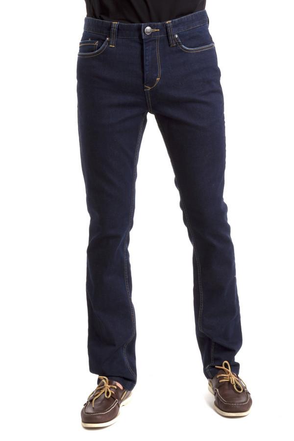 Классические джинсы Just ValeriКлассические джинсы<br>Мужские джинсы Just Valeri выполнены из денима темно-синего цвета. Изделие дополнено: пятью стандартными карманами, шлевками для ремня. Модель застегивается на молнию и фиксируется на пуговицу.<br><br>Размер RU: 56<br>Пол: Мужской<br>Возраст: Взрослый<br>Материал: хлопок 95%, лайкра 2%, полиэстер 3%<br>Цвет: Синий