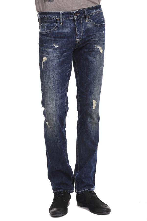 Модные джинсы Boss OrangeМодные джинсы<br>Очень сильные мужские джинсы от бренда Boss Orange темно-синего цвета с ярким эффектом скреппинга. Изделие дополнено: шлевками под ремень, пятью стандартными карманами и центральной застежкой-молния с пуговицей. Эти джинсы средней посадки, классического покроя, которые прошиты светло-бежевой нитью. Задние карманы этих джинс декорированы аппликацией из нити такого же цвета. Идеально сочетаются с кожаными куртками и футболками.<br><br>Размер RU: 46(L34)<br>Пол: Мужской<br>Возраст: Взрослый<br>Материал: хлопок 98%, эластан 2%<br>Цвет: Синий